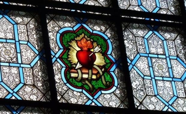 Le cœur brûlant et transpercé d'une flèche, que l'on retrouve sur les capsules de St Stefanus.