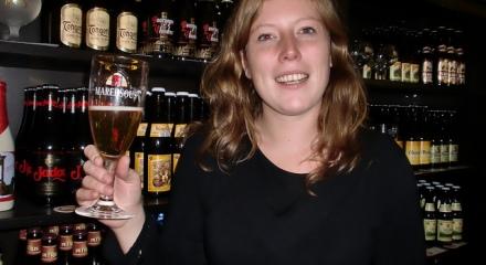 Cécile, buvant une Maredsous Blonde, de l'abbaye éponyme, dans sa boutique parisienne...