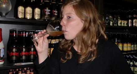 Cécile, buvant une Westmalle Tripel, de l'abbaye éponyme, dans sa boutique parisienne...