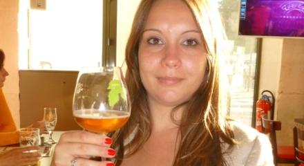 Pauline, buvant une Agent Provocateur, de la brasserie de Proef, chez La fût Gueuze, à Paris...